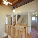 光を取り込む開放的な2階ホール