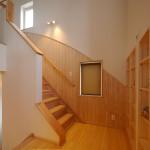 R型の腰壁が魅力の階段